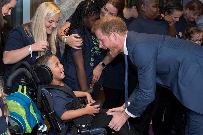 Tối 4/9, Hoàng tử Harry và vợ, Meghan Markle, cùng với các em nhỏ, các phụ huynh, nhân viên chăm sóc và những người ủng hộ tham dự lễ trao giải WellChild Awards tại tổ chức từ thiện WellChild, trung tâm thủ đô London. Buổi lễ nhằm tôn vinh những phẩm chất truyền cảm hứng của những đứa trẻ ốm yếu nhất nước Anh và những người chăm sóc các em.