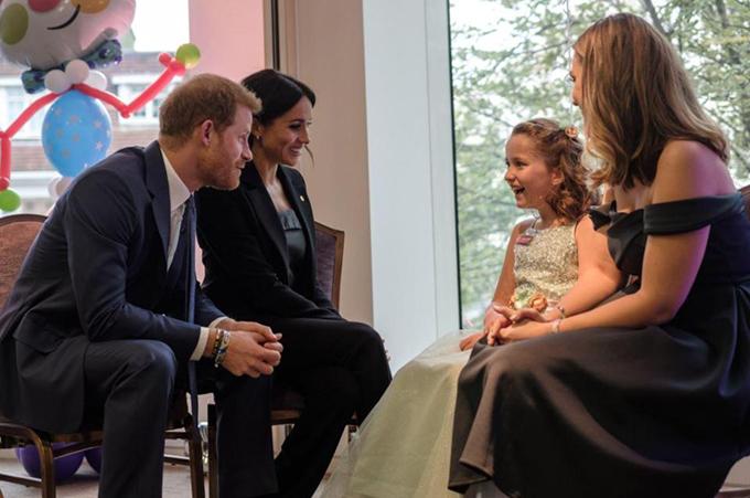 Vợ chồng Công tước xứ Sussex trò chuyện với bé Chloe Henderson. Năm 2014, Chloe trở thành đứa trẻ khuyết tật đầu tiên ở Anh giành được giải thưởng ballet cho cấp tiền tiểu học của Học viện khiêu vũ Hoàng gia.