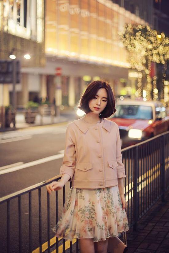 Cách phối hợp áo khoác có gam màu đồng điệu cùng họa tiết váy họa tiết được các fashionista châu Á yêu thích. Đây cũng là công thức phối đồ phù hợp với bạn gái có vóc dáng nhỏ nhắn và chiều cao không quá vượt trội.