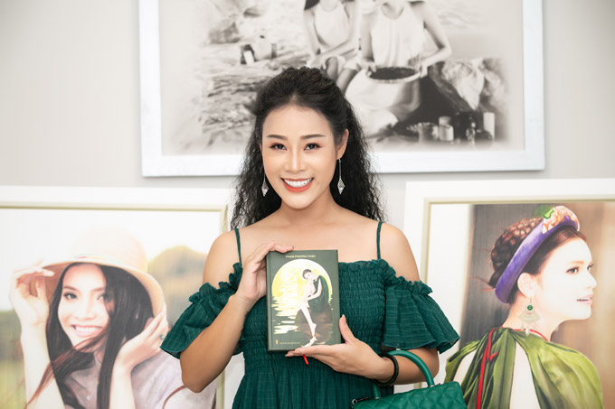 Đến chia vui với Phạm Phương Thảo vào chiều qua còn có ca sĩ Hoa Trần, bà xã NSƯT Việt Hoàn.