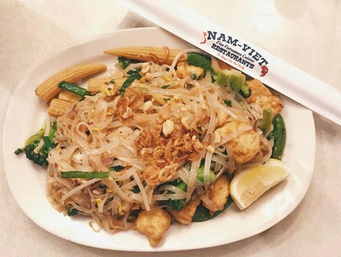 Các loại phở, mỳ, hủ tiếu xào hay nước có giá từ 5,5 USD đến 10 USD, tùy theo kích thước của tô. Thực đơn rất phong phú với 60 món, từ ăn chơi cho tới ăn chính. Nhiều nhất và cũng được ưa chuộng nhất là các món bún, phở hương vị Việt.