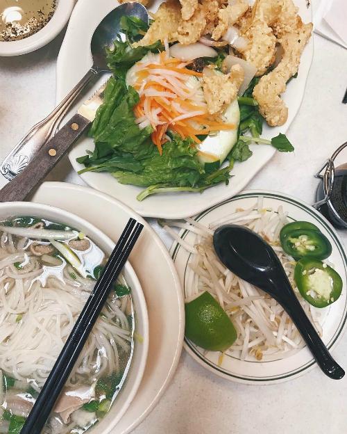 Bún bò Huế có giá 10 USD một tô lớn, ăn kèm giá chần, ớt tươi, lát chanh nhỏ đúng chuẩn Việt Nam.