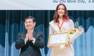 Hoa hậu Siêu Quốc gia Ngọc Châu được trao bằng khen khi về thăm trường