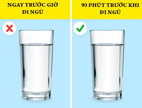 Nước lọc Các chuyên gia dinh dưỡng khuyên bạn nên uống một ly nước lọc 90 phút trước khi đi ngủ. Nếu uống quá sát giờ đi ngủ, bạn sẽ phải thức dậy đi vệ sinh vào lúc nửa đêm, gây ảnh hưởng đến giấc ngủ.