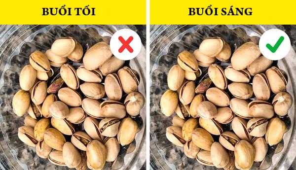 Các loại hạt Các loại hạt là một bữa ăn nhẹ buổi tối hoàn hảo của nhiều người. Tuy nhiên, bạn nên tránh loại thức ăn này trước khi đi ngủ vì nó cung cấp các dạng năng lượng tự nhiên mà bạn không cần vào ban đêm.