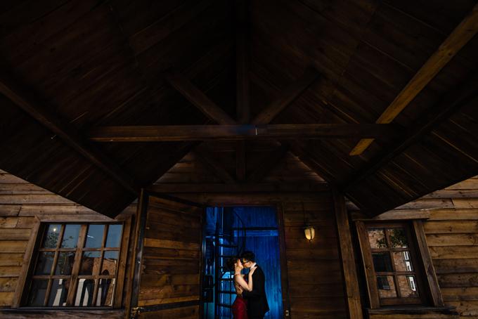 Bộ ảnh của uyên ương được studio ảnh cưới dùng làm hình mẫu,thực hiện ở một phim trường tại TP HCM. Tân lang tân nương mất khoảng nửa ngày để chụp ảnh với sự gợi ý cách tạo dáng từ nhiếp ảnh gia.