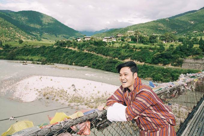 Người Bhutan sẽ viết lời cầu nguyện trên những mảnh vải treo lên thành những ngọn cờ. Và họ tin rằng khi gió càng mạnh thì những lời cầu nguyện này càng được kích hoạt, hiệu nghiệm. Đó là lý do tại sao bạn thấy những lá cờ đủ màu phấp phới nên những ngọn đồi cao gió lồng lộng.