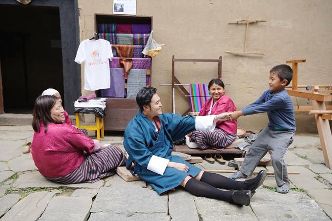Quang Vinh luôn có thói quen tìm hiểu kỹ về những nơi mà mình sẽ đi qua, không chỉ là các thông tin hướng dẫn hành trình du lịch mà còn là các thông tin bên lề, tìm hiểu về thói quen, tập tục của người dân địa phương. Anh chia sẻ, lý do chính khiến Bhutan được nhận xét là nơi hạnh phúc nhất thế giới, đó là bởi phần lớn dân số của Bhutan đều theo đạo Phật và ăn chay, họ luôn tin vào luật nhân quả nên sống rất từ bi, nhân ái và làm những việc tốt cho người khác. Điều đó khiến cho cuộc sống của người dân Bhutan càng trở nên yên bình. Thậm chí, tại Bhutan, không hề có tội phạm.