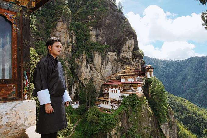 Hành trình chinh phục Hang Hổ Tigers Nest ngày hôm nay. Cảm ơn thời tiết tốt đẹp đã giúp đoàn có thể leo trèo và ghi hình điểm đến nổi tiếng nhất Bhutan này. Tương truyền vào thế kỉ thứ 8, vị đại sư Gu - Ru đã cưỡi hổ lửa đến đây thu phục quỉ dữ và biến quỉ thành thần hộ pháp, giữ bình yên cho khu vực này đến ngày nay. Ngôi đền được xây dựng thế kỉ 15, nổi tiếng với sự linh thiêng cầu được ước thấy và nếu chưa leo Tigers Nest thì bạn chưa đến được Bhutan. Ngôi đền nằm ở độ cao trên 3000m, đường đi dốc và gập ghềnh đòi hỏi thể lực và ý chí của du khách rất nhiều. Cộng thêm việc càng lên cao không khí càng loãng sẽ gây nhức đầu choáng váng nếu bạn không quen vận động. Với chiều dài 4km, leo núi cao, dốc khoảng 2 tiếng Có thể cưỡi ngựa nửa đoạn đường đầu cho đỡ mệt. (Vinh thì chọn đi bộ luôn) Đoạn giữa có trạm dừng chân, nghỉ ngơi rồi leo tiếp View point ở hơn 2 phần 3 đoạn đường, chổ này mọi người chụp ảnh sẽ rất đẹp, vì vào tận đền thì sẽ không được phép chụp ảnh hay quay phim. Tips: - mang áo khoác nhẹ, tránh mưa nắng - thuê gậy hổ trợ giá 50 tiền bhutan - mang giầy thể thao, leo núi (đường rất khó đi nên giầy sẽ hổ trợ nhiều) - kem chống nắng, xịt thuốc côn trùng trước - nước uống và snack càng tốt: lên cao sẽ mệt snack giúp bạn có năng lượng để tiếp tục hành trình. Nhân tiện thì cho mấy chú chó hoang ăn luôn. Dễ thương lắm! - nhớ uống trà hoặc cà phê pha sữa bò ở cafeteria duy nhất giữa đường cực ngon!