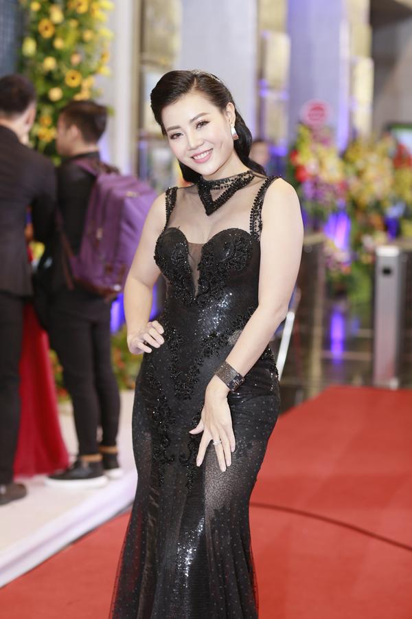 Diễn viên Thanh Hương lộ vòng eo bánh mì với bộ đầm đuôi cá màu đen.