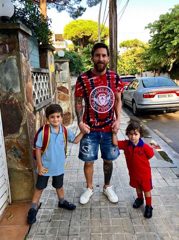 Messi cùng hai quý tử đến trường. Ảnh: Instagram.