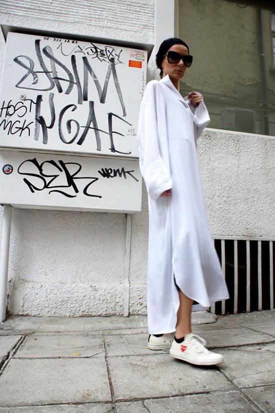 Những nàng cá tính và muốn mình trở nên ấn tượng hơn khi xuất hiện trên phố có thể chọn kiểu đầm dài. Tuy nhiên trang phục này chỉ phù hợp với các bạn gái có thân hình mảnh dẻ và chiều cao trên 160cm.