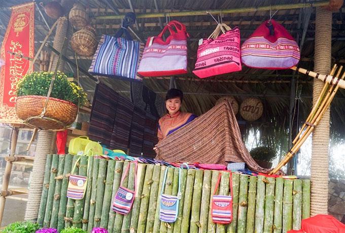 Khu vui chơi giải trí Sun World gắn phát triển du lịch với việc tôn vinh những nét văn hóa truyền thống của dân tộc, thông qua cách tái hiện những lễ hội thuần Việt như khèn hoa, ẩm thực và không gian văn hóa Tây Bắc, lễ hội hoa đỗ quyên&