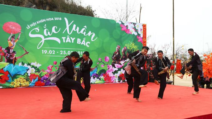 Hàng loạt chương trình nghệ thuật, hoạt động giải trí đặc sắc, từ hội thi múa khèn của đồng bào dân tộc HMong tới các trò chơi truyền thống như đi cà kheo, ném còn, đánh én, nhảy sạp, múa xoè, thổi khèn lá, bịt mắt đập niêu... đều có tại Sun World Fansipan Legend.