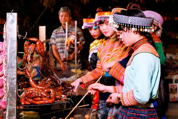 Những đặc sản ẩm thực tại Tây Bắc cũng xuất hiện ở đây như rượu cần, thắng cố, trâu gác bếp, xôi nếp nương, lạp xưởng... Những món ăn mang hương vị vùng cao thu hút nhiều du khách ghé chân.