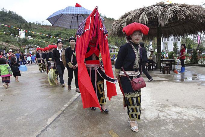 Một đám cưới truyền thống của người Dao cũng được tái hiện bởi các nghệ sĩ bản địa đến từ bản Khoang, Sa Pa. Kể từ khi có khu du lịch này, người dân vùng đảm nhận vai trò sứ giả mang văn hóa Tây Bắc đến với du khách thập phương. Nhờ đó, họ có thêm việc làm, nguồn thu nhập mới.