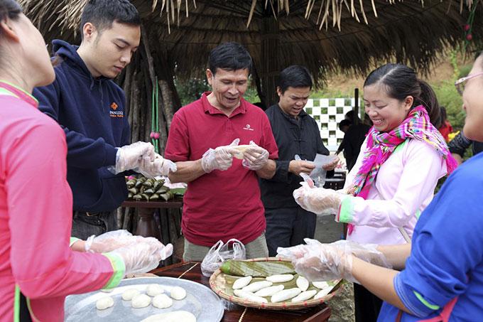 Trong bốn mùa lễ hội, Sun World Fansipan Legend còn khuyến khích du khách trải nghiệm cuộc sống Tây Bắc khi tự tay nấu rượu, làm bánh dày, gói bánh chưng với bà con dân tộc.