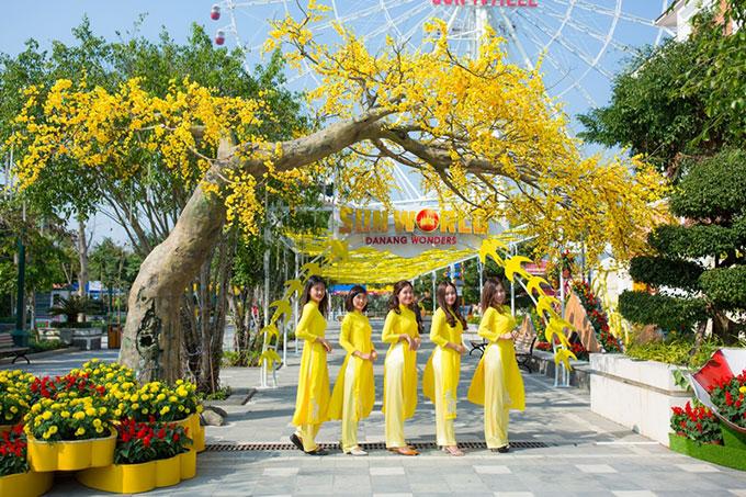 Nếu Sun World Fansipan Legend tạo dựng một không gian thuần chất Tây Bắc, Sun World Danang Wonders (Đà Nẵng) lại là sự kết hợp hài hòa, khéo léo giữa sự hiện đại với những giá trị văn hóa đậm chất cổ truyền dân tộc. Bên cạnh những trò chơi hiện đại hàng đầu thế giới, khu vui chơi ở thành phố biển vẫn liên tục đem đến những trải nghiệm thuần Việt nhất qua phiên chợ ngày xuân; lễ hội mai vàng sắc xuân vào dịp Tết cổ truyền; đèn lồng và tiếp đến là trung thu cổ tích&