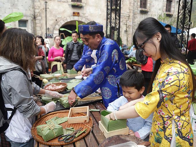 Sun World Ba Na Hills (Đà Nẵng) được mệnh danh là xứ sở của lễ hội. Đây là nơi hội tụ văn hóa châu Âu đặc trưng song khi Tết cổ truyền tới, du khách nước ngoài hay Việt Nam đều thích tới đây, để được nghe hương nếp thơm lừng tỏa ra từ bếp bánh chưng sôi ùng ục, được mặc áo dài, đeo khăn xếp nhận lì xì từ thần Tài dịp đầu năm mới&