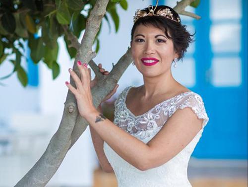 [Caption]Laëtitia Nguyen trong đám cưới voiwsichính mình, đươc tổ chức trên hòn đảo Santorini, hồi tháng 5. Ảnh:MDWfeatures.