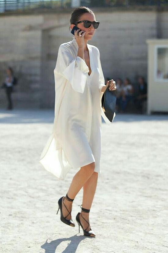 Đầm sơ mi trắng là trang phục được ưa chuộng nhất, bởi gam màu thanh nhã luôn tạo nên sự gắn kết ăn ý với phom dáng váy rộng rãi.
