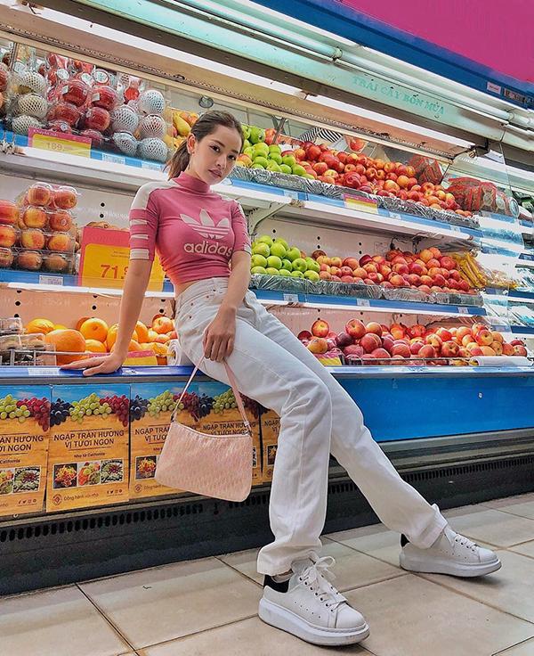 Chi Pu khoe vẻ đẹp trẻ trung và khoẻ khoắn cùng set đồ theo phong cách thể thao. Áo crop-top cổ lọ được cô mix hài hoà cùng jeans ống uông và giầy sneaker tiệp màu.