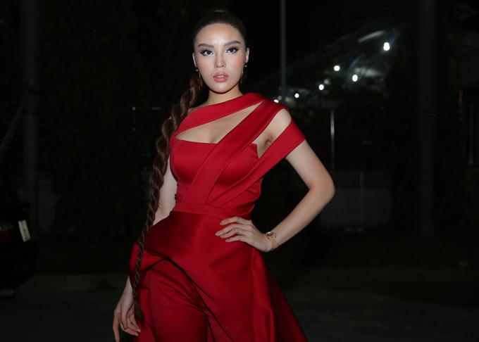 Hoa hậu Việt Nam 2014 Kỳ Duyên ấn tượng với bộ cánh gam đỏ nổi bật, thiết kế cut-out gợi cảm.