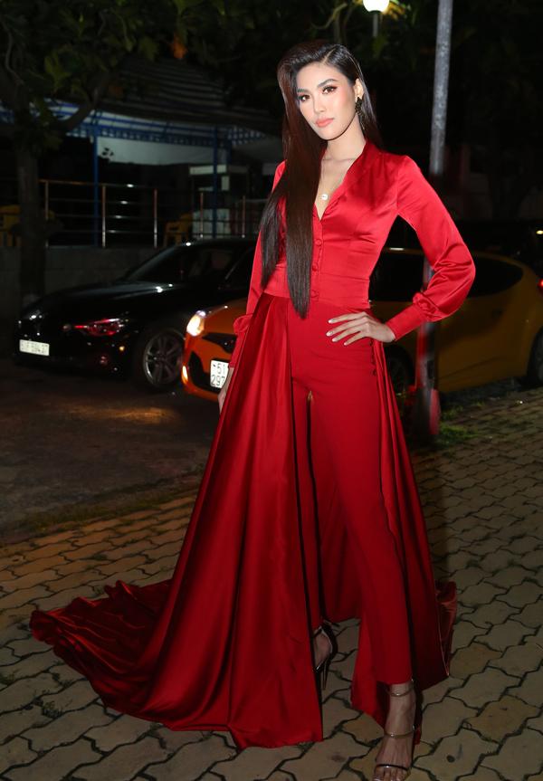 Hoa khôi Áo dài Lan Khuê cũng rất ấn tượng với trang phục gam đỏ.