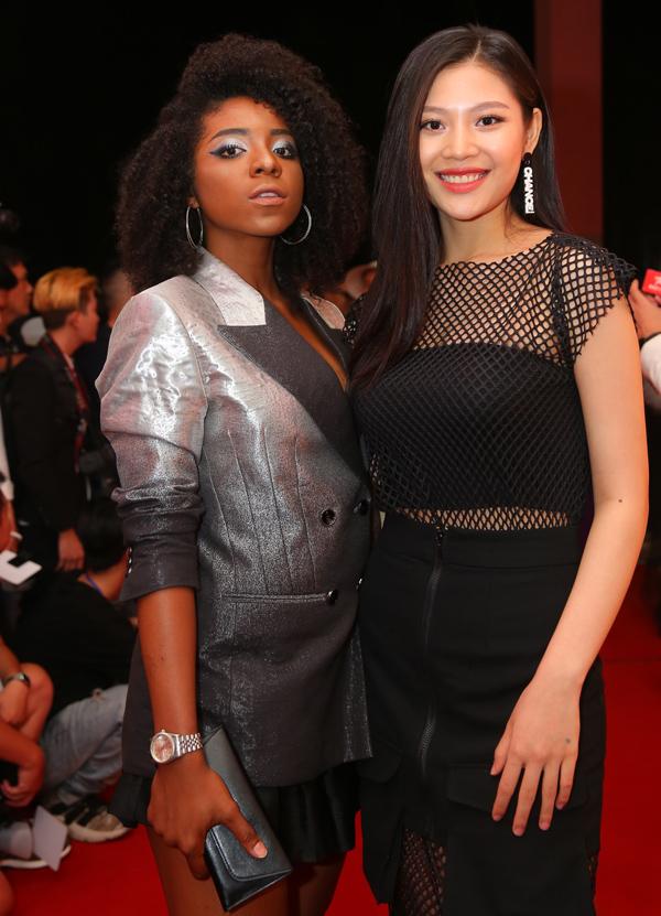 Người mẫu lai Cameroon Huỳnh Tiên (trái) hội ngộ cô bạn Chúng Huyền Thanh trên thảm đỏ.