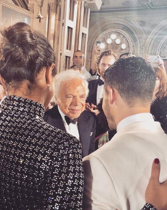Cặp sao trò chuyện với nhà thiết kế Ralph Lauren trong đêm tiệc.