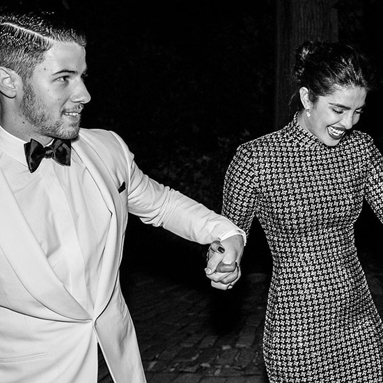 Trong cuộc phỏng vấn vào cuối tuần này, Nick Jonas kể rằng anh và Priyanka Chopra đã quen nhau qua một người bạn. Hai người nhắn tin hỏi thăm nhau và đến tận 6 tháng sau mới có buổi gặp mặt đầu tiên. Họ trở thành bạn bè thân thiết một thời gian và đến hè năm nay mới bắt đầu chuyển sang mối quan hệ hẹn hò. Chúng tôi rất hạnh phúc bên nhau, nam ca sĩ Mỹ thổ lộ.