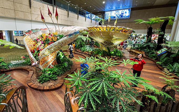 Phần lớn các loại cây, hoa đều là thật, được tưới và chăm sóc với công nghệ đặc biệt nên dù ở trong nhà vẫn luôn xanh tốt.