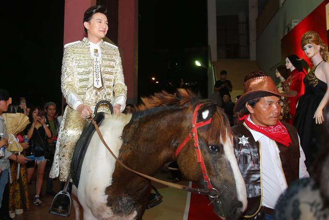 Nam vương người Việt Thế giới 2017 Tiến Phạm gây chú ý khi cưỡi ngựa tới làm giám khảo.
