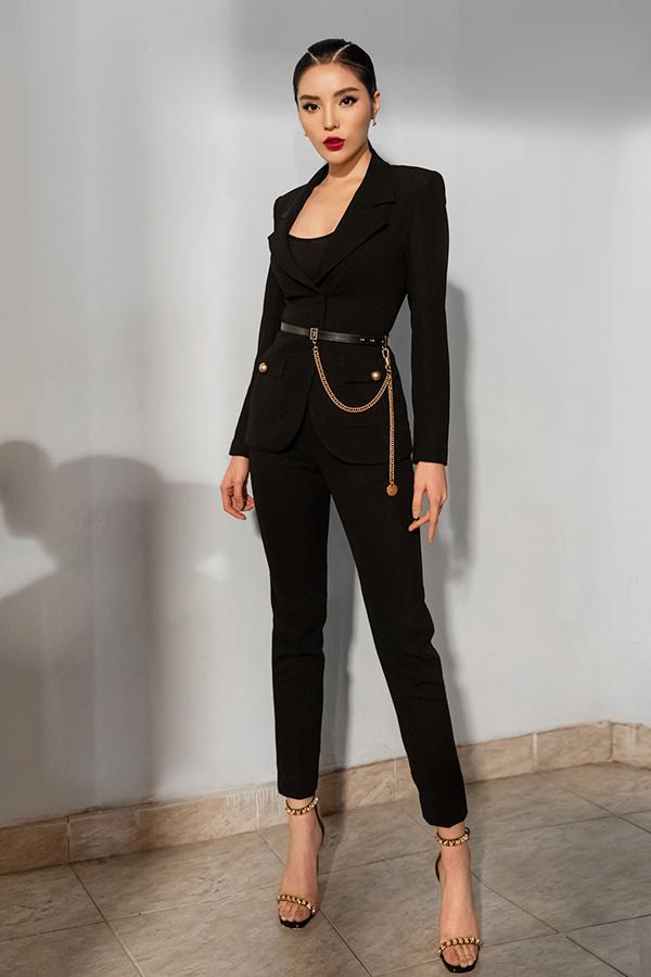 Trong khi đó, Hoa hậu Kỳ Duyên cá tính cùng bộ suit đen tôn dáng, kết hợp phụ kiện kim loại sành điệu.