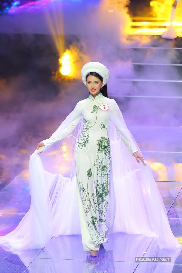Trước khi tham gia Siêu mẫu VN, Bùi Quỳnh Hoa từng giành giải nhất của cuộc thi Miss Áo Dài Việt Nam World 2017 tổ chức tại Praha, Cộng hòa Séc.