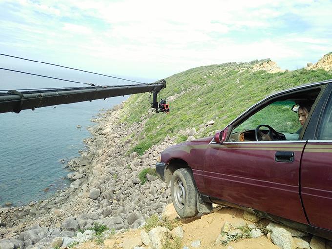 Khả Ngân bị bong gân vì ô tô va đập mạnh vào đá.