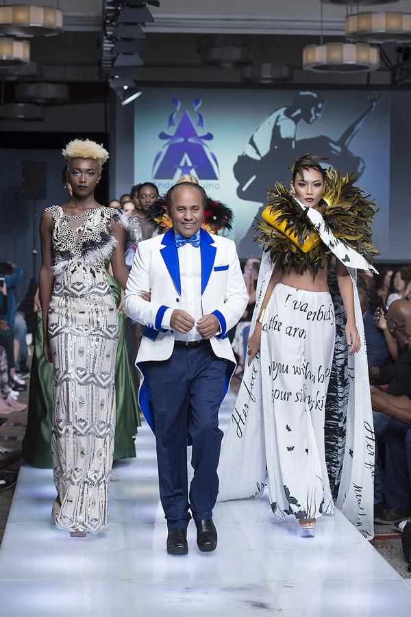 Chân dài cùng các model tháp tùng NTKAndres Aquino ra sân khấu chào khán giả sau màn trình diễn.