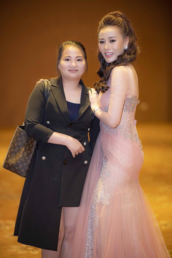 Phương Oanh được chị gái thứ hai tháp tùng. Nữ diễn viên là con gái thứ ba trong một gia đình có 4 anh chị em tại Hà Nam.Cô tự hào vì luôn được gia đình quan tâm, ủng hộ mọi quyết định cả trong cuộc sống lẫn công việc.