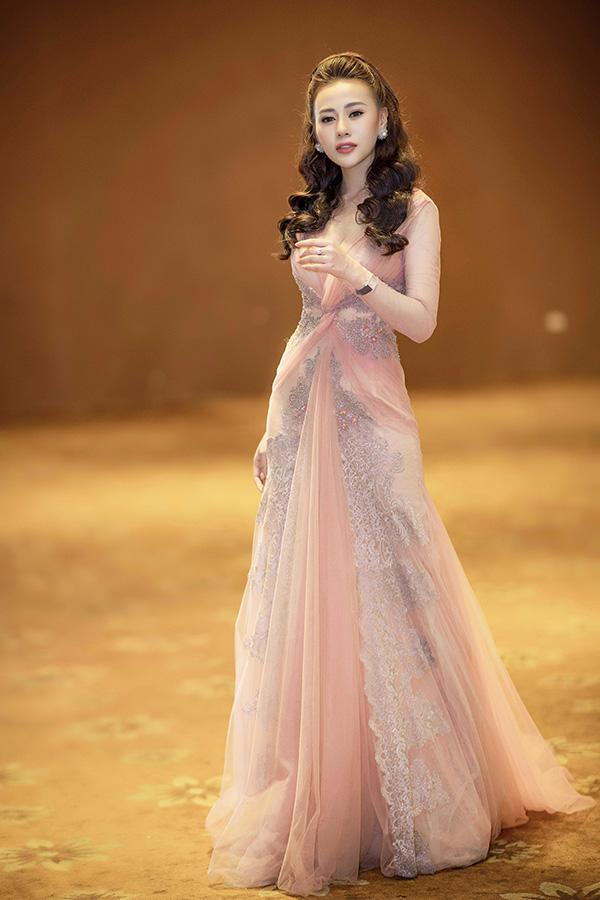 Nữ diễn viên thể hiện sựchuyên nghiệp khi có mặt 15 phút trước khi chương trình diễn ra theo giấy mời.
