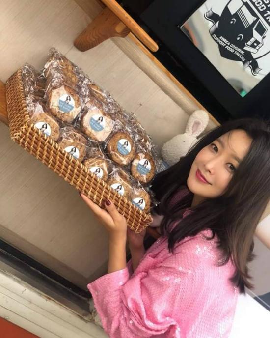 Kim Hee Sun hiện đóng phim Room No9 - một tác phẩm thể loại kinh dị hành động. Tác phẩm sẽ ra mắt khán giả vào 19/9 tới trên đài cáp TvN. Trong phim, Kim Hee Sun đóng vai một nữ luật sư nhiều thủ đoạn...