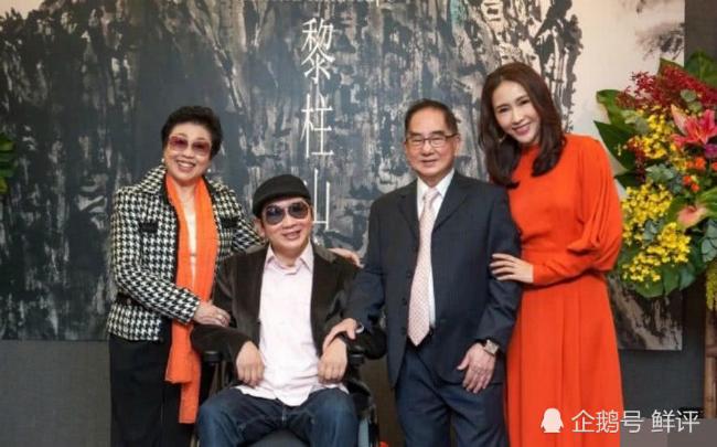 Lê Tư cùng bố mẹ và em trai Lê Anh.