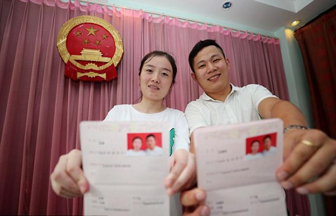 Giấy đăng ký kết hôn của một cặp vợ chồng ở Trung Quốc. Ảnh minh họa: Imagine China.