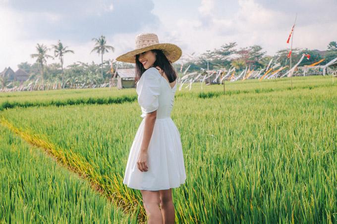 Bộ ảnh của vợ chồng Trang Lạ được thực hiện với sự hỗ trợ của stylist Tân Đà Lạt, trang phục của NTK Hà Thẩm Tiến.