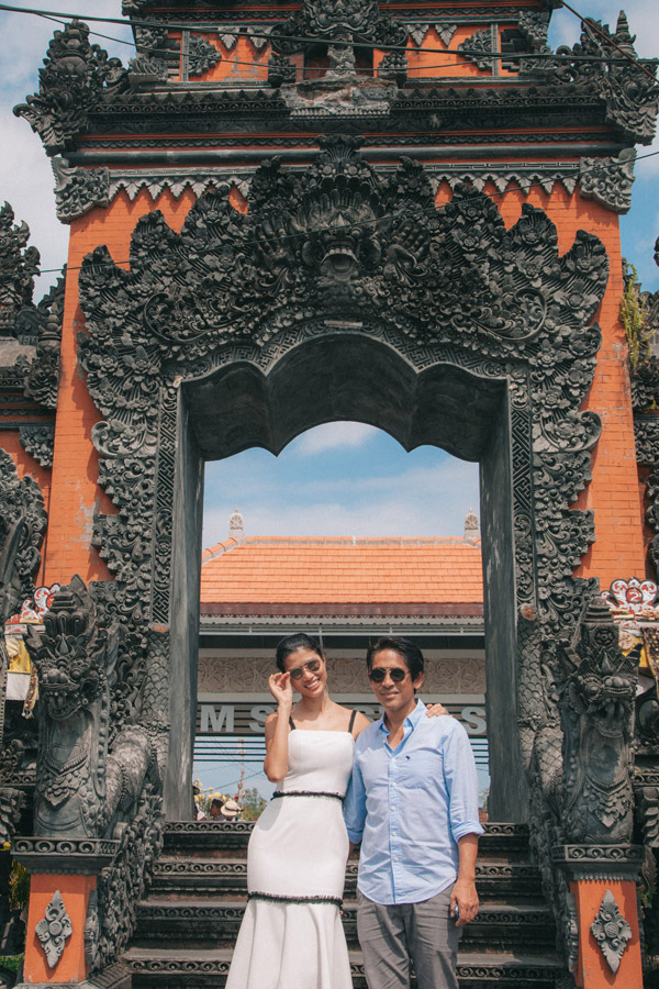 Cặp đôi được hai con trai lái ô tô đưa đi thăm quan nhiều địa danh du lịch của đảo Bali.