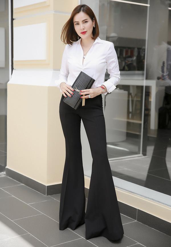 Hoa hậu Phương Lê mặc trang phục công sở, khoe vẻ trẻ trung, năng động khi đi sự kiện chiều tối 10/9.
