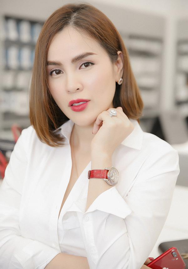 Người đẹp gây chú ý khi đeo nhẫn kim cương và đồng hồ hàng hiệu trí giá 3 tỷ đồng.