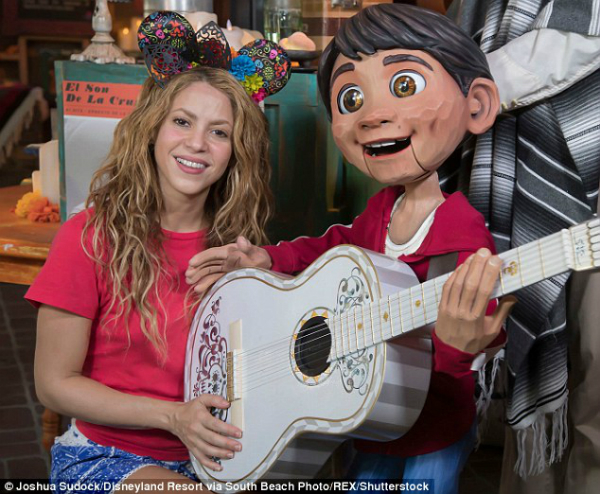 Giọng ca đến từ Colombia chụp ảnh cùng nhân vật Miguelcủa bộ phim hoạt hình đình đám Coco trong mùa hè vừa qua.