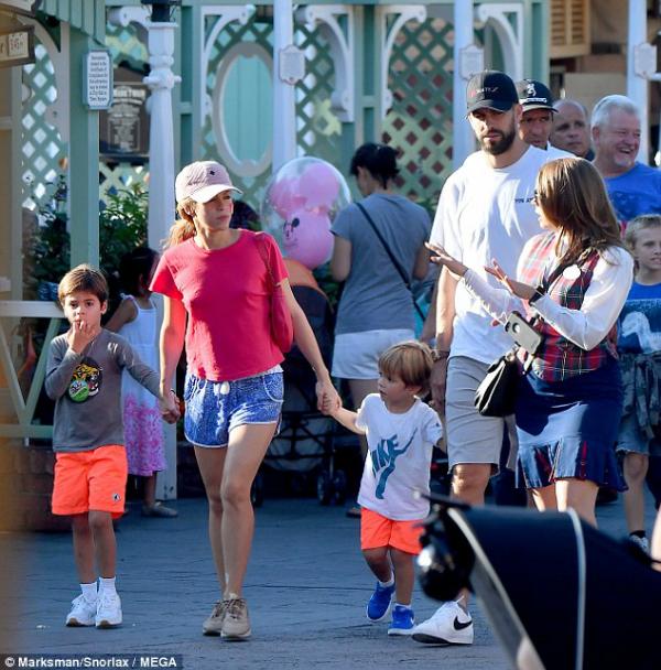 Shakira và bạn trai dẫn hai quý tửMilan và Sasha về khách sạn nghỉ ngơi. Nữ ca sĩ vui vẻ nói chuyện cùng người hâm mộ.