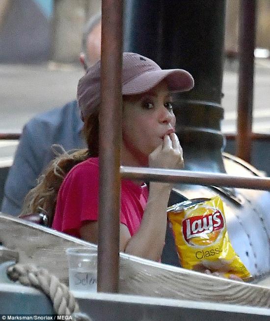 Shakira thoải mái thưởng thức khoai tây chiên, phá lệ một ngày không ăn theo chế độ giảm cân nghiêm ngặt.