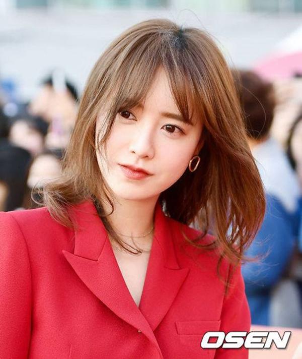 So với thời điểm mới nổi tiếng cách đây 10 năm, nhan sắc của Goo Hye Sun hầu như không thay đổi. Cư dân mạng Hàn Quốc đặt biệt danh cho cô là ma cà rồng bởi làn da trắng sứ.